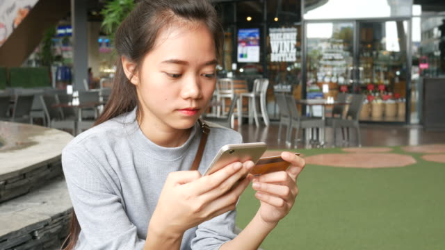 junge asiatische Frauen, Online-shopping