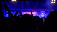 Junge winken Hände auf Konzert in night club