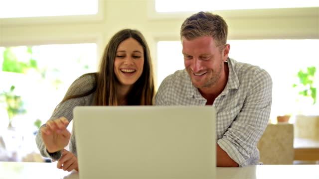 TRANSPORTWAGEN: Junge Paar mit laptop zusammen australischen