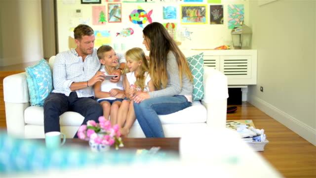 TRANSPORTWAGEN : Junge Familie spielen zusammen australischen