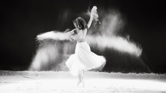 Junge Balletttänzerin Sprung ins weiße Pulverwolke