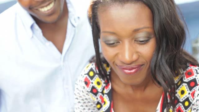 Junge schöne afrikanische Frau Wasser ihr Blumen