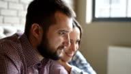 Junge schöne Paar mit Laptop