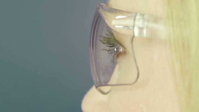 Junge schöne Mädchen in high-tech-Gläser