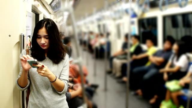 Giovane bella ragazza utilizzando uno smartphone