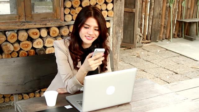 Junge schöne Frau mit ihrem Handy