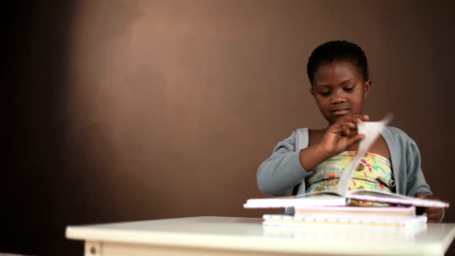 Junge Schwarze Mädchen lesen Bücher