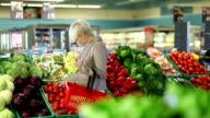 Jungen blonden Frau kaufen Gemüse