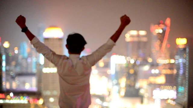 Jonge business man kijken naar stadsgezicht, Aziatische