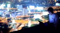 Unga företag man använder laptop och ser att stadsbilden, Asiatisk