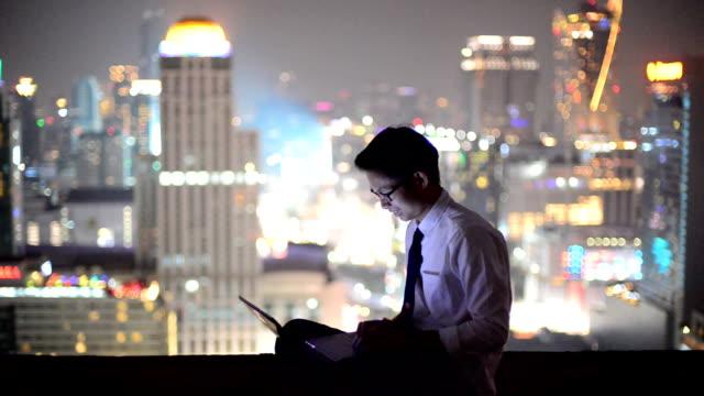 Jonge bedrijf man met laptop en kijk naar stadsgezicht, Aziatische