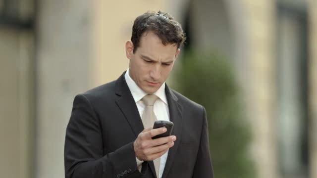 HD: Junger Geschäftsmann mit einem Telefon