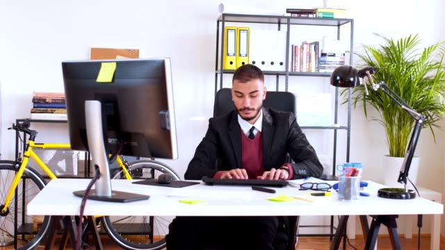 Jonge zakenman werken op de computer