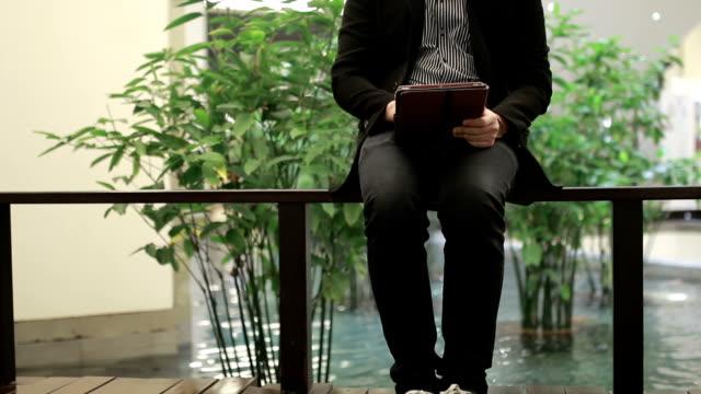 Jonge zakenman werken op tablet pc