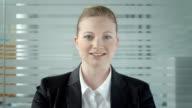 HD: Giovane donna d'affari avendo Video conferenza