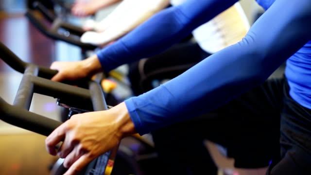chinesische Jugendliche trainieren Sie im modernen Fitnessraum
