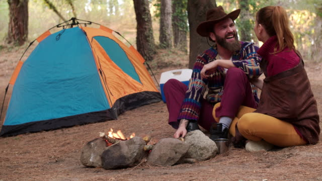 Jong koppel kamperen in het bos