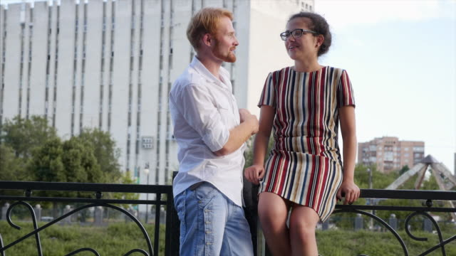 Ungt par kommunicera i staden