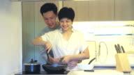 HD: Junges Paar Kochen