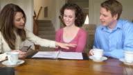 Junges Paar diskutieren mit Geschäftsfrau Finanzen