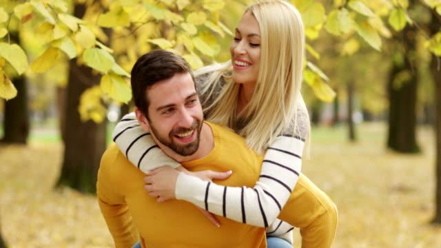 young-couple-enjoying-in-park-in-autumn-video-id501007518?s=640x640 Jika 11 Tanda Ini Ada Pada Sang Suami, Berarti Dia adalah Sahabat Terbaikmu Juga. Cek di Sini, Yuk!