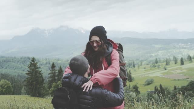 Junge Paare, die Spaß in den Bergen