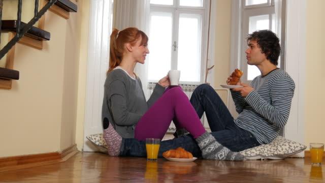 Jong koppel met snack thuis, genieten van hun liefde en huwelijk