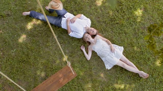 CS Giovane coppia sdraiarsi sotto un albero