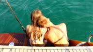 Junges Paar entspannenden auf einer yacht