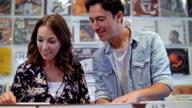 4K: junges Paar Suche nach Datensätzen