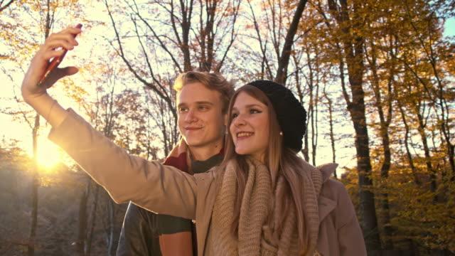Junges Paar, die selfies in den Wald