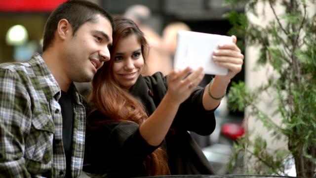 Junges Paar, die selfies