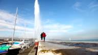Junges Paar zu Fuß in die Fontäne im Genfer See.