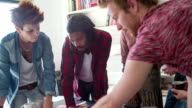 HD: Giovane Team creativo, lavorando su un nuovo progetto.