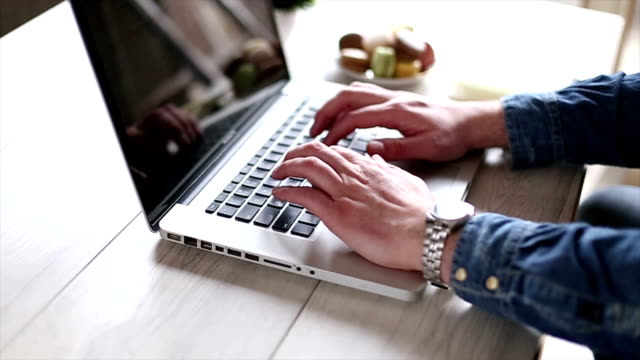 Junge kreative Mann mit laptop