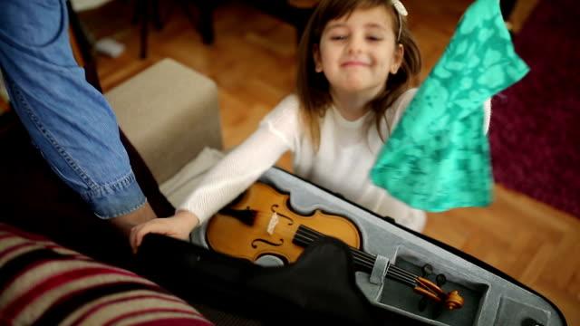 Schattig meisje met viool thuis