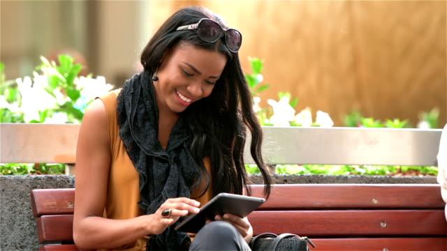 Junge Unternehmer Frau mit tablet-computer