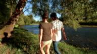 Junge ethnischen Paar verbringen Zeit zusammen in der freien Natur