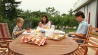 DOLLY HD: Giovane famiglia con prima colazione