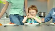 MS PAN giovane famiglia a pranzo