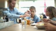 Junge Familie zu Mittag.