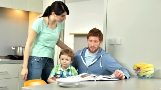 MS giovane famiglia In cucina