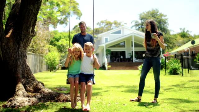 TRANSPORTWAGEN: Junge Familie mit Kindern Spaß