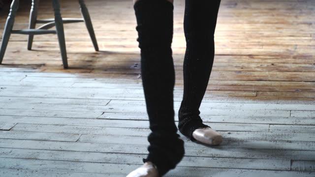 Jonge vrouwelijke ballet danser les in een kamer