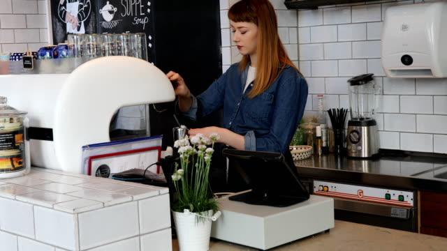 Jonge vrouwelijke Barista koffie in Cafe voorbereiden