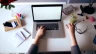 Junge weibliche Designer arbeiten in Büro