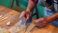 Jonge vrouw leren hoe te decoreren een klei-engel