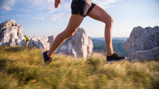 Junge weibliche Läufer training in den Bergen