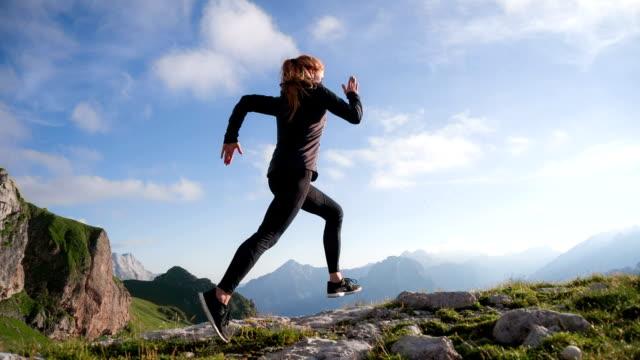 Unga kvinnliga löpare utbildning i fjällen