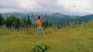 Jonge vrouw met hiking pole uitdijende handen, luchtfoto
